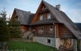 """Dom z bali """"Bliźniak"""" – dom z drewna i kamienia"""